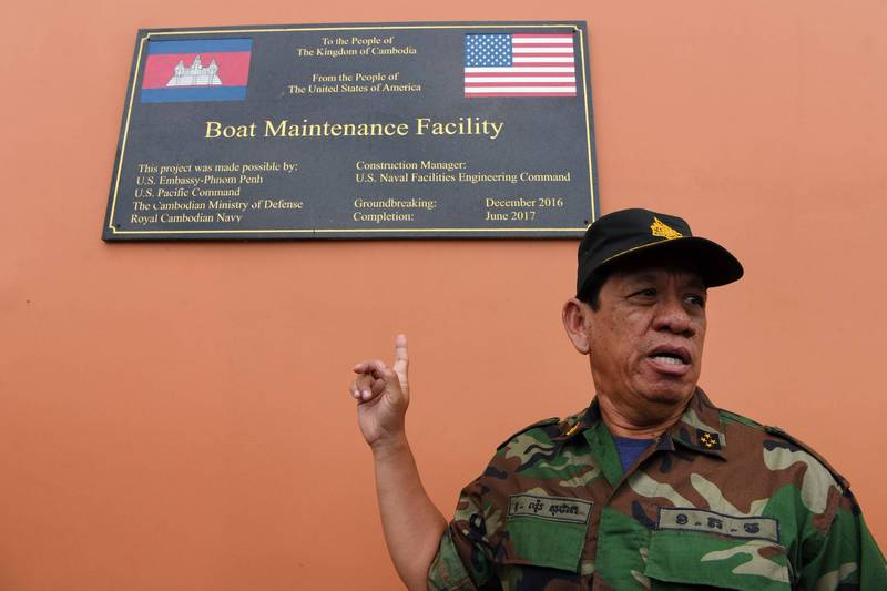 近日傳出柬埔寨為了擴建與中國合作興建的海軍基地,不惜拆毀美國注資興建的港口設施,引起美國關注。圖為美國援助修建雲朗海軍基地紀念碑。(法新社)