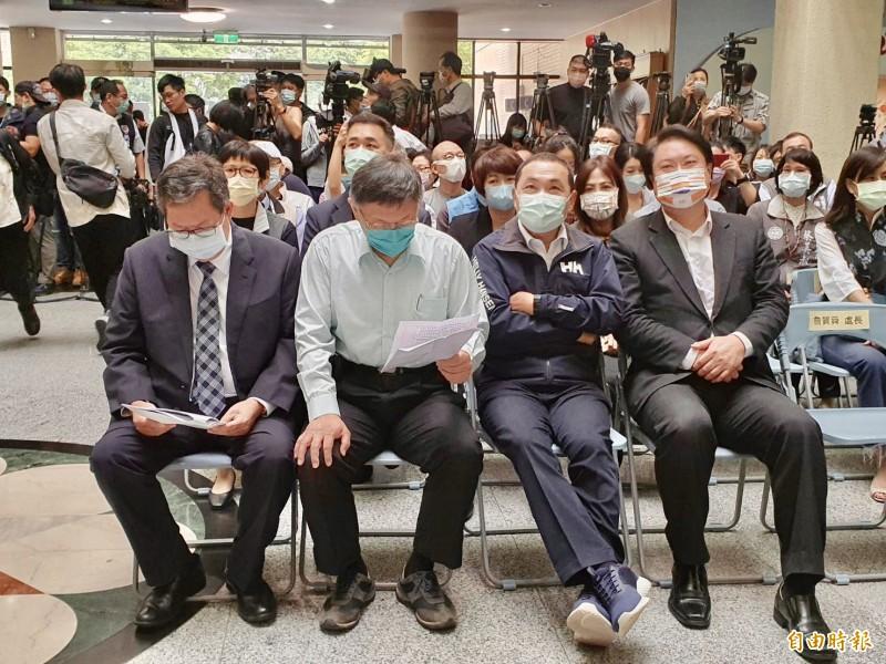 今天北北基桃4縣市首長合體出席記者會,有趣的是,4人討論的不是市政,而是各自戴的口罩樣式。(記者魏瑾筠攝)