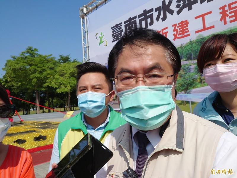 國慶煙火觀賞人潮估計超過20萬人,台南市長黃偉哲今天受訪表示,將會做好防疫動線,並加強宣導要求民眾戴口罩看煙火。(記者洪瑞琴攝)