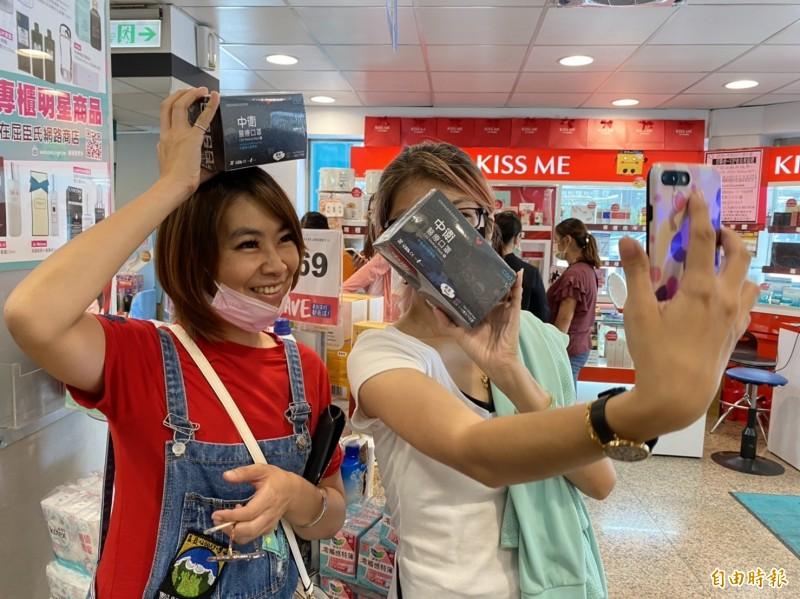 民眾買到中衛酷黑口罩開心拍照。(記者張聰秋攝)