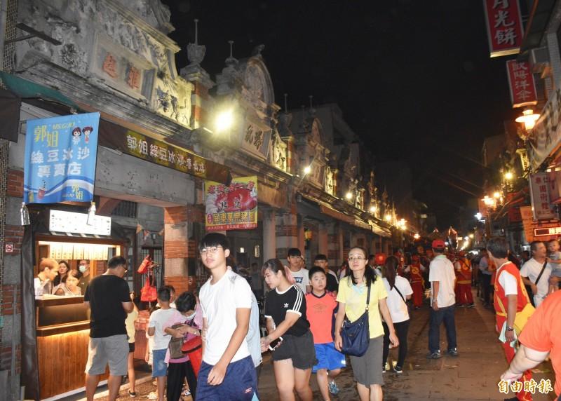 入夜後的大溪老街別有一番風情。(記者李容萍攝)