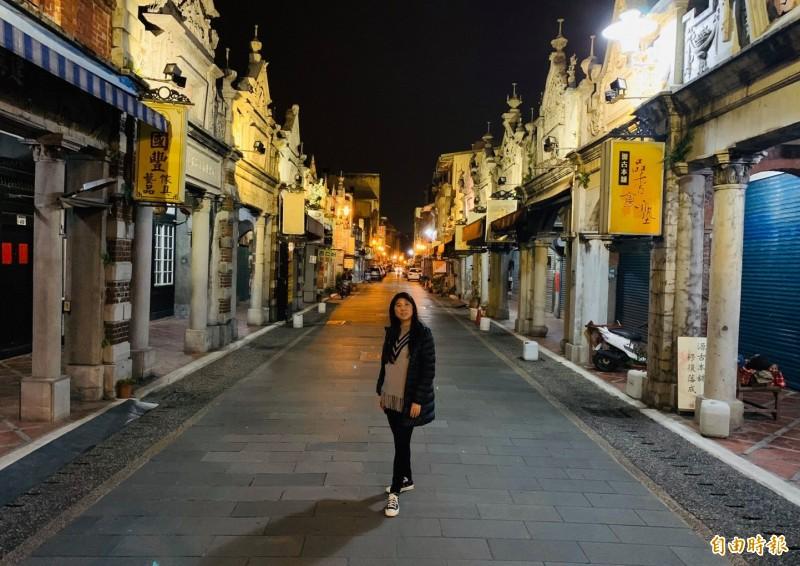 入夜後的大溪老街,在「路燈、騎樓燈、歷史街屋投射燈」3種燈光照射下,別有一番風情。(記者李容萍攝)