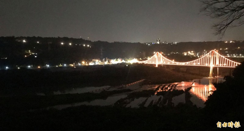 從大溪中正公園遠眺入夜後的大溪觀光吊橋。(記者李容萍攝)