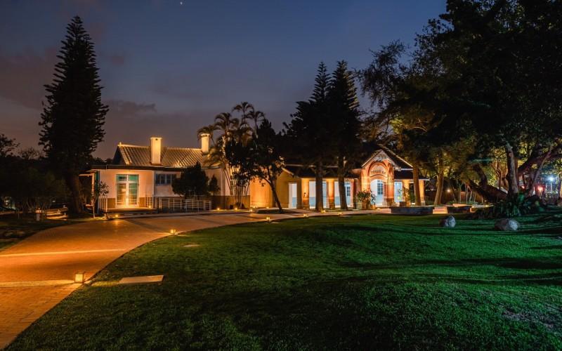 大溪木藝生態博物館群採用低矮路燈,避免影響生態環境,也不會干擾賞景,為設計師塑造「光環境」的創意。(木博館提供)