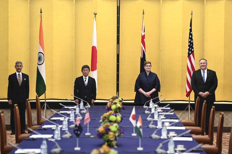 美國國務卿龐皮歐(右)今日出席「美日印澳四國外長會議」,將在經濟與軍事上對抗中國,但歐盟各國的對中政策至今尚未達成一致;對此,美國學者呼籲,美國應與歐洲及亞洲盟友聯合抗中。(美聯社)