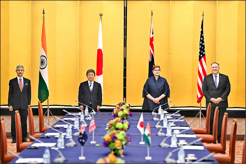 美國國務卿龐皮歐(由右至左)、澳洲外交部長潘恩、日本外務大臣茂木敏充和印度外交部長蘇杰生,六日在日本東京舉行「美日印澳四國外長會議」,龐皮歐於會中呼籲印太各國團結對抗中共暴政。(美聯社)