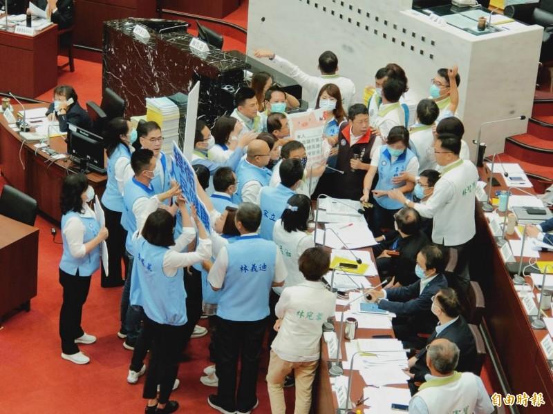 國民黨團包圍陳其邁,要求他站在市民健康立場、簽署反對美豬進口聲明書。(記者葛祐豪攝)
