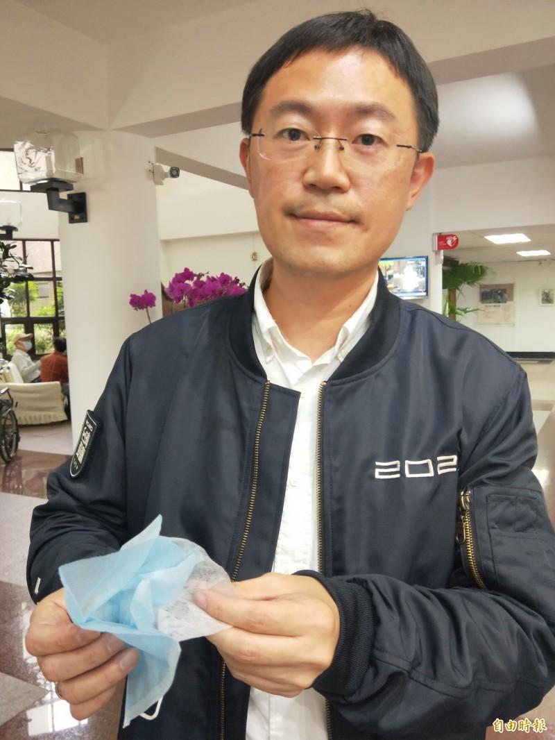 新北市議員李坤城拿出民眾提供的口罩,中間少了「熔噴不織布」,用的是跟最外層一樣的材質。(記者何玉華攝)