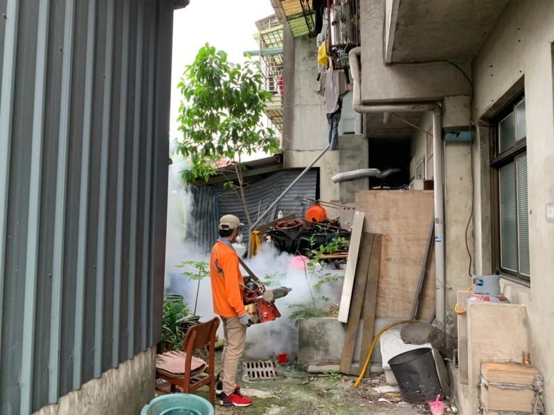 衛生局針對個案住家戶內外孳清噴消及衛教,將安排住家周圍半徑100公尺逐戶入內孳清噴消及衛教。(新北衛生局提供)