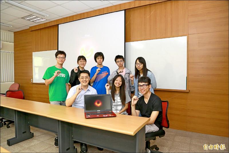 中山大學物理系助理教授郭政育(前排左一)帶領學生觀測黑洞。(資料照,記者黃旭磊攝)