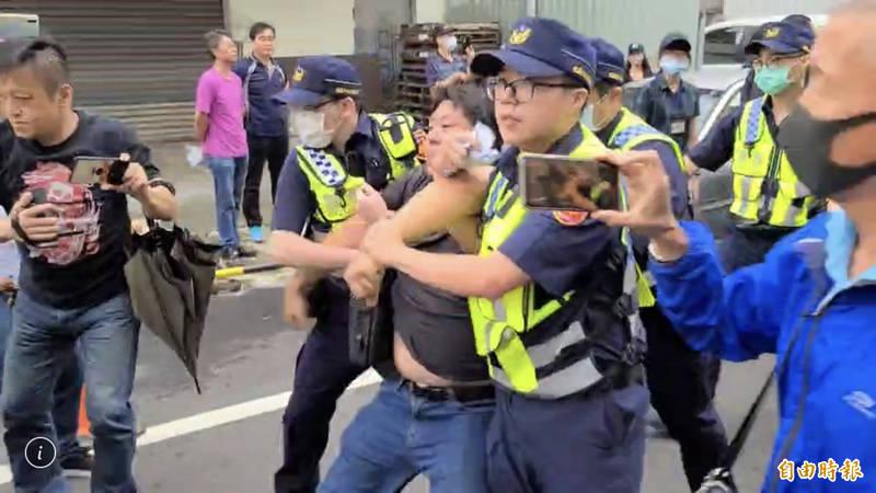 「杏仁哥」涉嫌到王浩宇服務處丟雞蛋,被警察帶走。(資料照)