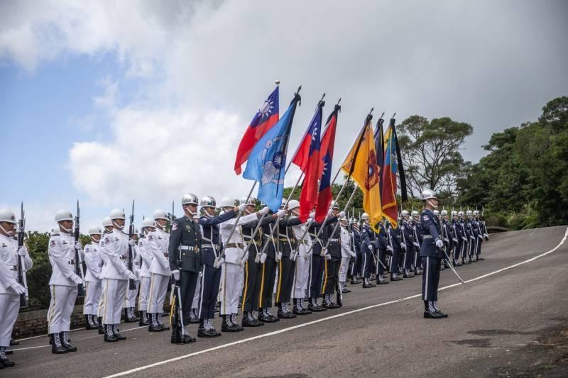 前總統李登輝今日上午在五指山國軍示範公墓進行奉安禮拜儀式,在國防部鳴葬槍3響以及號兵司安息號後圓滿禮成。(總統府提供)