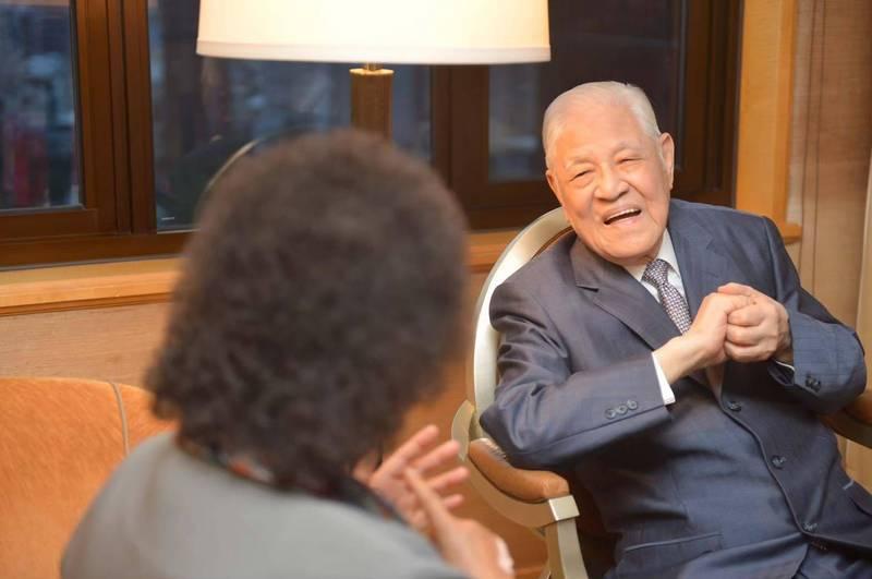 陳菊在臉書貼出與已故前總統李登輝的珍貴合照。(圖擷自陳菊臉書)