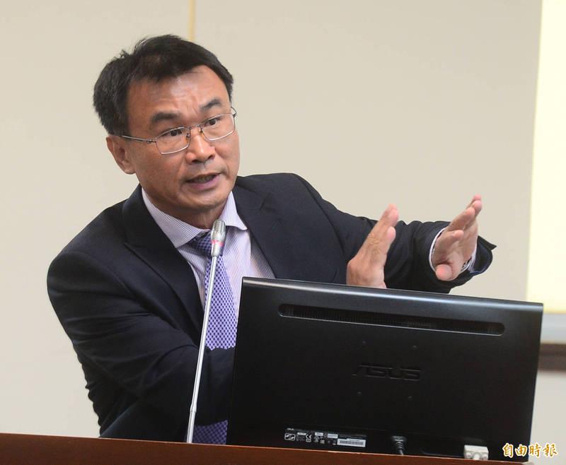 農委會主委陳吉仲表示,張貼台灣豬標章必須要有農委會關防章,消費者也可上網查詢店家是否真的有取得標章,標示不實最高開罰400萬元。(記者王藝菘攝)