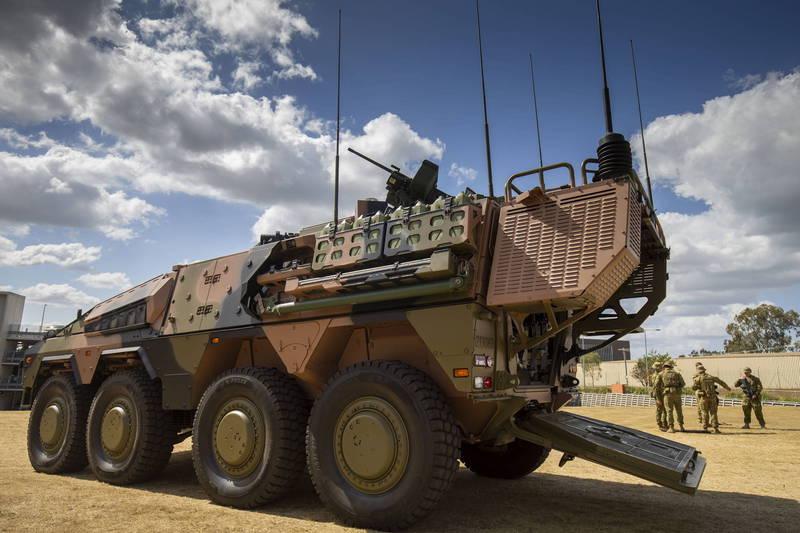 澳洲陸軍近期宣佈,展開「拳師」8輪裝甲車的換裝訓練,圖為澳洲「拳師」甲車。(歐新社)