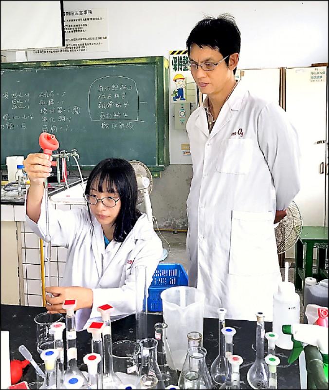 花蓮高工化工科學生陳怡安(左),在老師閻國中(右)指導下,於實驗室不斷練習,透過苦學勤練,獲得旺宏科技獎佳作的肯定。(花蓮高工提供)