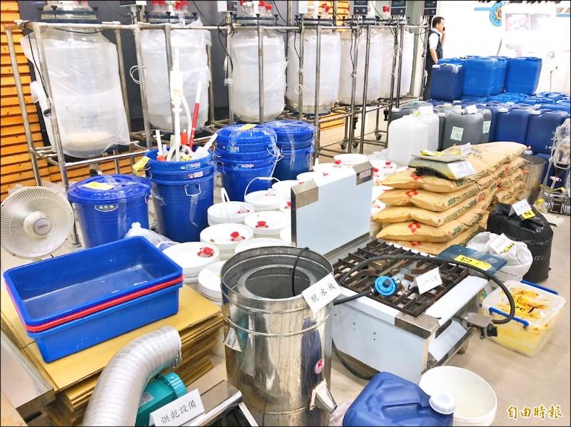 警方查扣製毒相關設備、化學試劑、第三級毒品「4-甲基甲基卡西酮」成品及半成品等大批贓證物。(記者邱俊福攝)