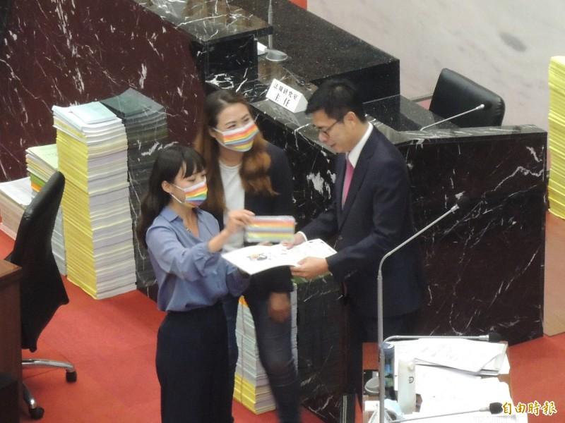 黃捷(左)、高閔琳(中)把同志大遊行的邀請函,遞給市長陳其邁。(記者王榮祥攝)