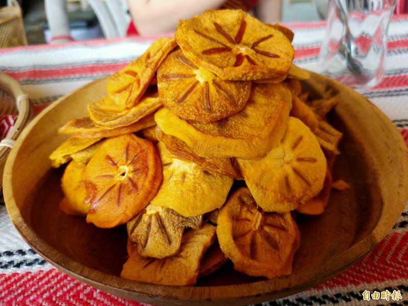 農民胡貴春今年嘗試將甜柿以低溫長時間烘焙,製成軟Q的天然果乾。(記者佟振國攝)