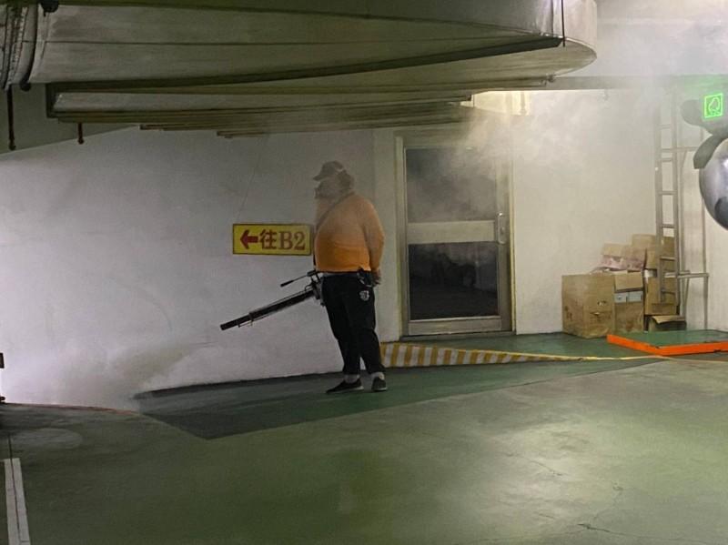 衛生局在個案住家周圍50公尺進行噴消。(新北衛生局提供)