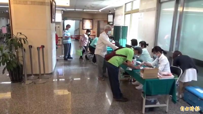 流感疫苗剛接種,彰化多間醫療院所規劃接種動線,避免人潮排隊密集。(記者張聰秋攝)