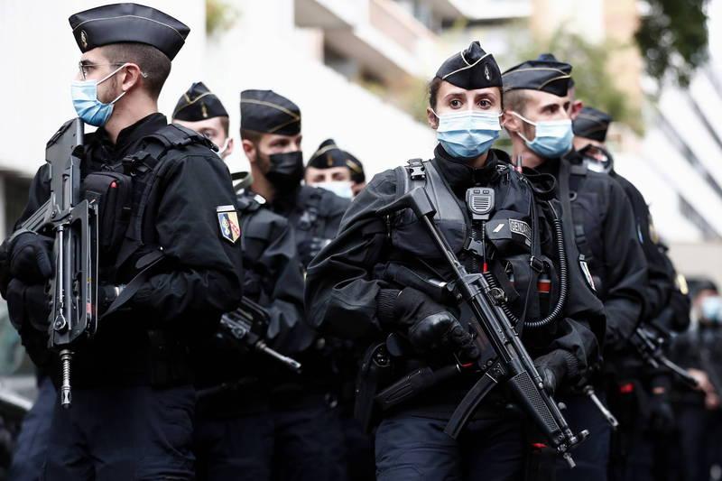 法國檢警追查大量兒童色情圖片的交流網路數個月後,5日至8日在30個地區大規模收網,一舉逮捕61名涉嫌在網路上構築龐大的兒童色情影像交流網路的成員。法國警察示意圖。(歐新社)