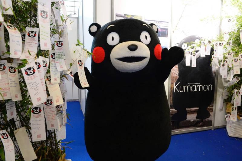 為解決日本少子化問題,日本內閣大臣坂本哲志提出讓熊本熊帶頭「結婚生子」。(法新社資料照)