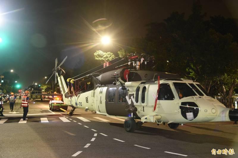 黑鷹直升從高雄港79號碼頭移往高雄機場,過程十分小心謹慎。(記者張忠義攝)