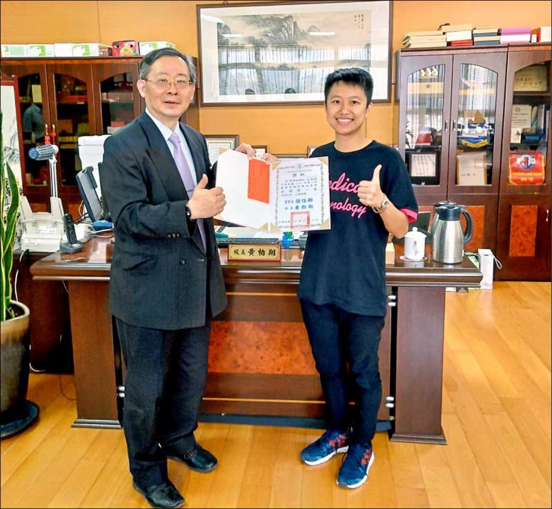 王栩詒(右)回校接受校長表揚。(校方提供)