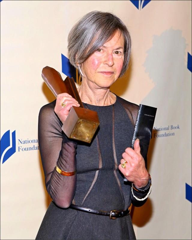 美國女詩人葛綠珂(Louise Glück)爆冷摘下2020年度諾貝爾文學獎。圖為她2014年獲頒美國國家圖書獎。(法新社)