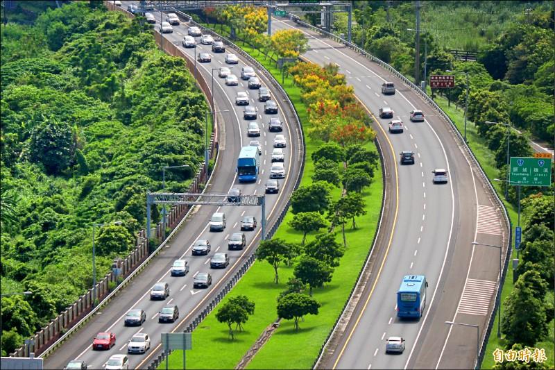 國慶日連續假期今天開始,高公局預估國道5號清晨5點就會湧現車潮。(資料照,記者林敬倫攝)