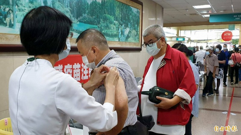南投縣竹山秀傳醫院公費流感疫苗施打出現排隊人潮。(資料照,記者謝介裕攝)