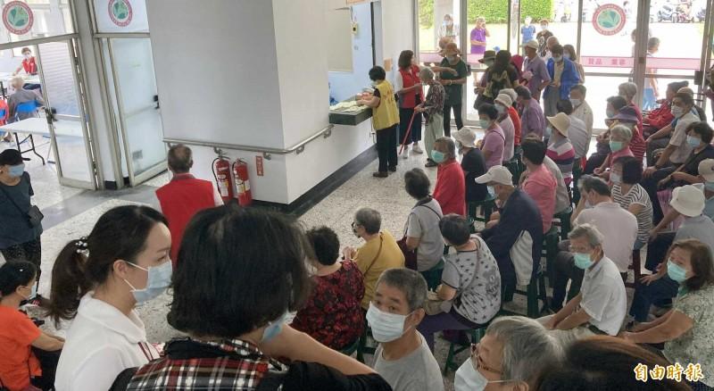衛福部南投醫院公費流感疫苗施打,院區出現大批等侯人潮。(資料照,記者謝介裕攝)