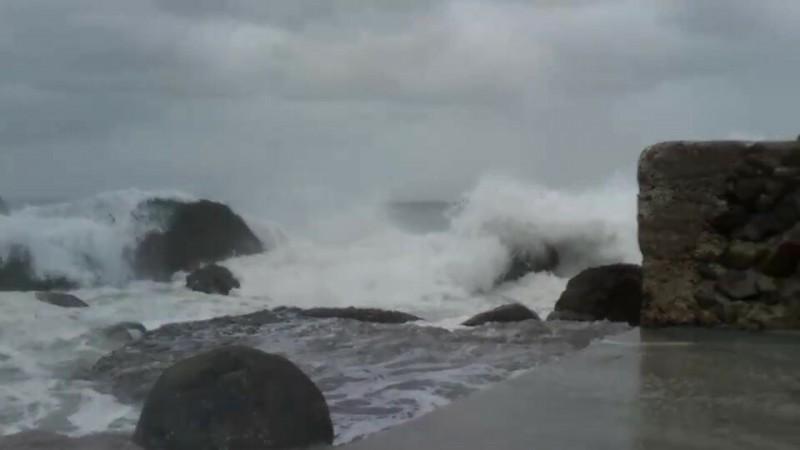 龜山島海域風浪相當大,長浪不時蓋過碼頭,為了安全,今天封島一天。(記者游明金翻攝)