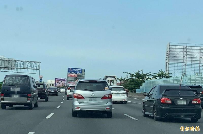 國慶連假今天展開,國道1號中部路段上午9時從彰化系統到彰化交流道的6公里路段,一度出現車速僅20~30公里的紅色路況,車輛緩慢行車。(記者湯世名攝)