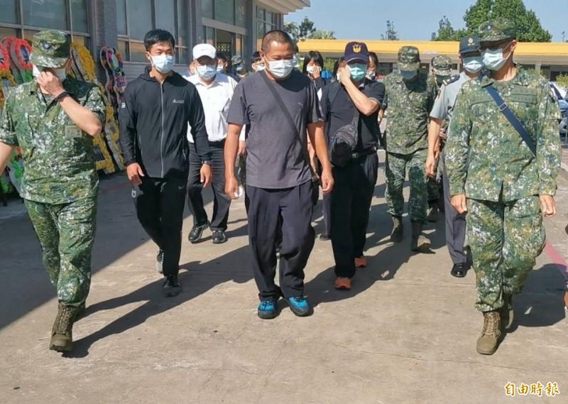 小金门战车翻覆殉职的车长林楷强家属抵达金门。 (记者吴正庭摄)
