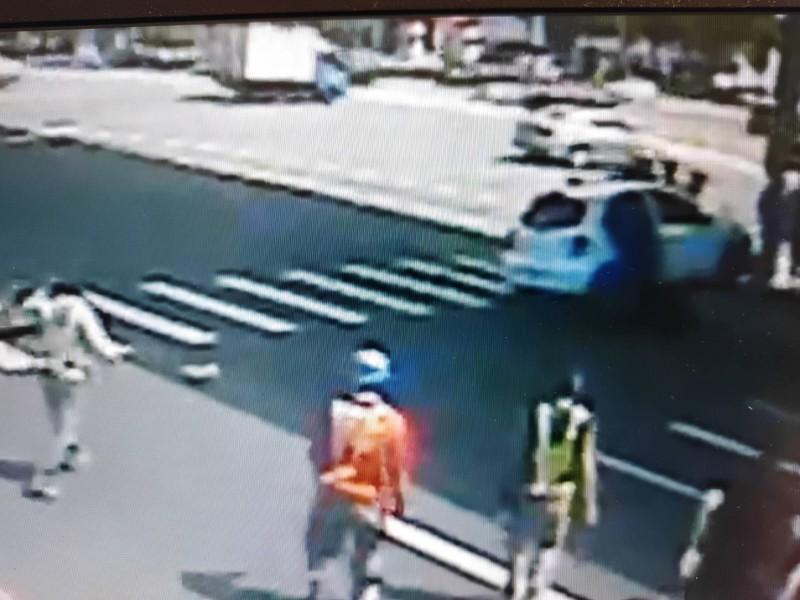 柯姓騎士摔入汽車底盤,路人趕緊跑向汽車,企圖拯救騎士。(記者張瑞楨翻攝)