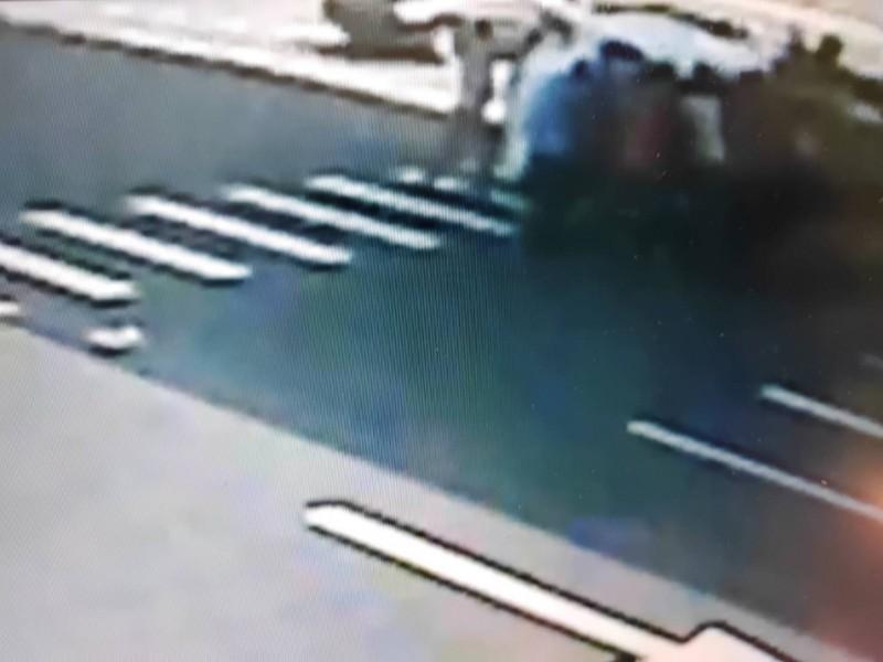 10多名路人把汽車側翻,拯救卡在底盤下的柯姓騎士。(記者張瑞楨翻攝)