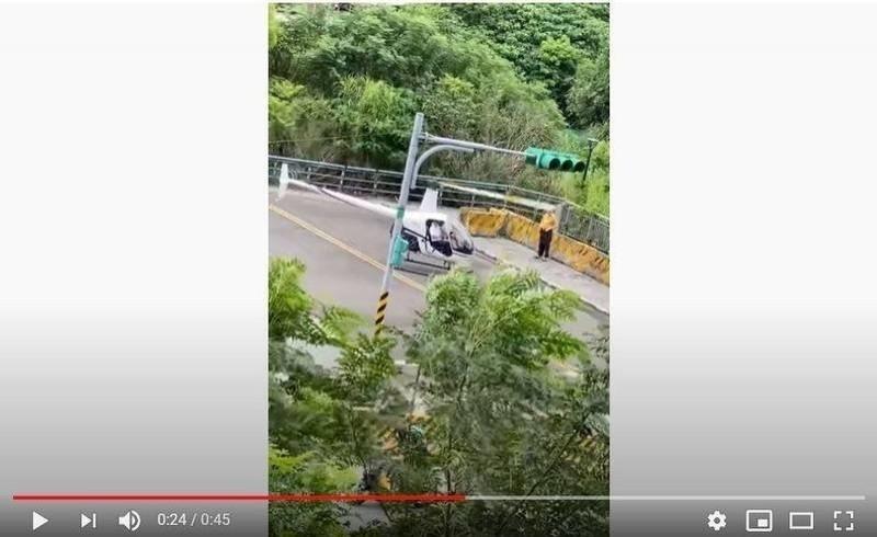 新北市淡水區近日上午出現一架私人直升機隨意起降,巨大轟隆聲引起附近居民關注,還被錄影PO網。(圖擷取自YouTube)