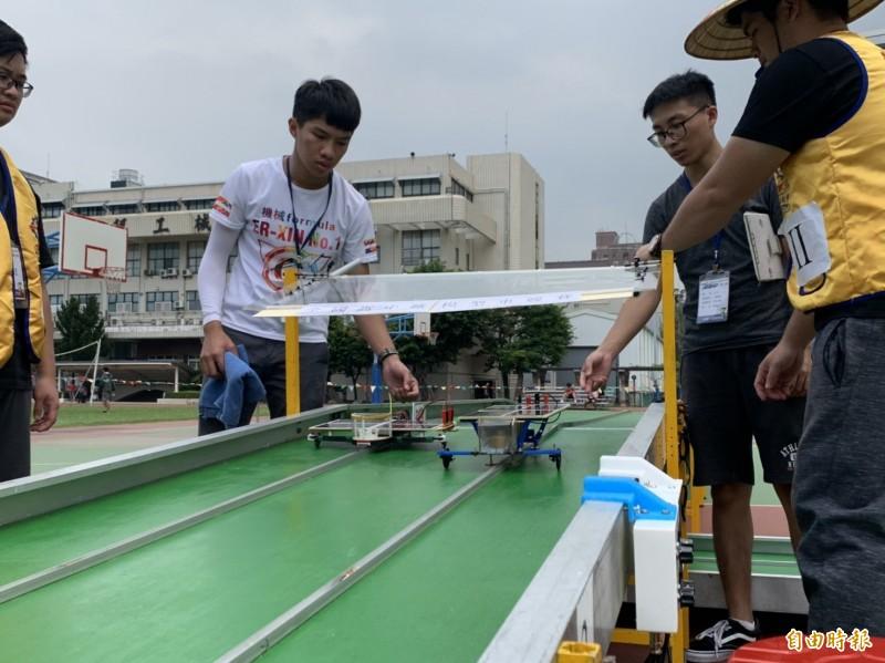 高雄科技大學連續15年舉辦全國高中職太陽能模型車競賽,參賽各隊競速較量。(記者黃旭磊攝)