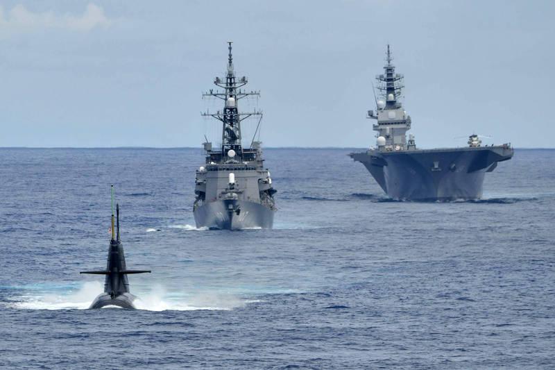 加賀號直升機護衛艦(右)、雷號護衛艦(中)、蒼龍級AIP潛艦(左)。(圖取自日本海上自衛隊)