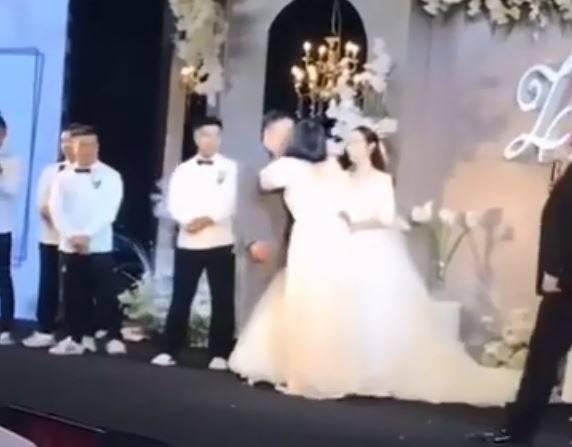 中國1對新人的婚禮爆出插曲,伴娘當眾上前激吻新郎。(圖取自微博)