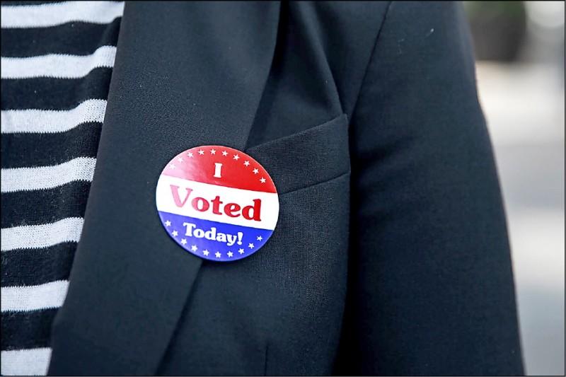 今年美國總統大選迄今已有逾六百六十萬選民提前投票,比二○一六年同時期多出十倍以上。圖為民眾投票後,在衣服貼上寫有「我今天投票了!」字樣的貼紙。(法新社)