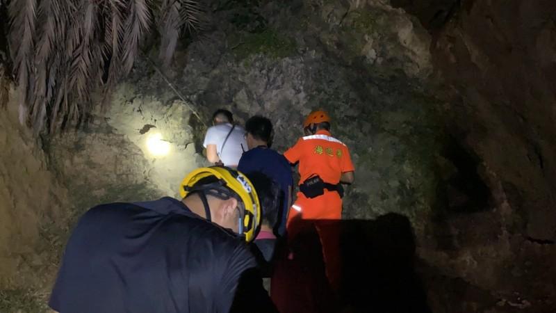救援小組暗夜搜尋。(記者洪定宏翻攝)