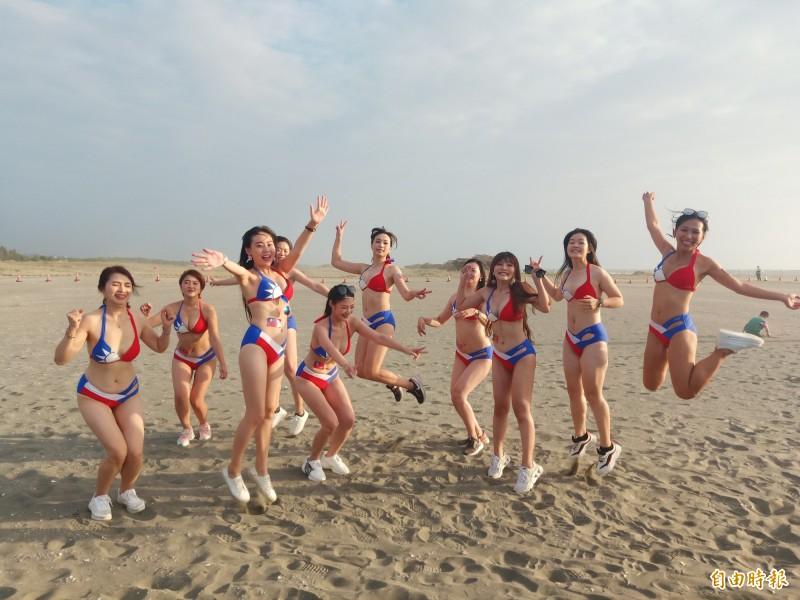 10位穿著國旗泳裝的美女現身四鯤鯓淨灘,呼籲民眾參加完國家慶典,記得隨手帶走垃圾!(記者王姝琇攝)