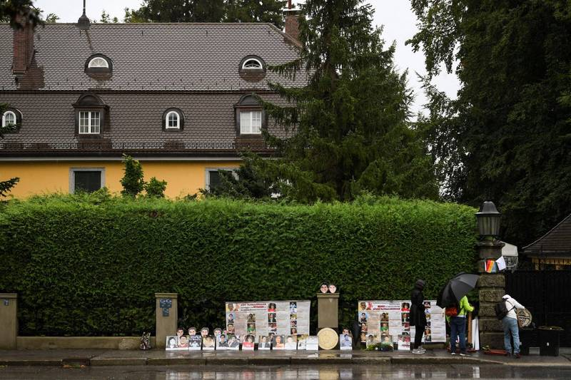 現年68歲的泰王瓦吉拉隆功在2016年繼位後長期待在德國巴伐利亞(Bavaria),圖為抗議者在泰王位在德國的別墅外抗議。(路透)