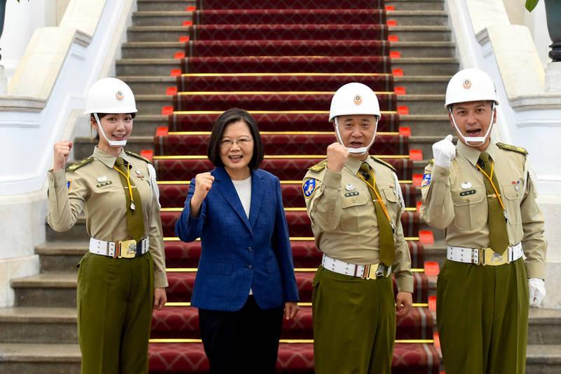 邰智源(右2)先前到總統府當一日憲兵,如今國慶祝賀文又釣出小英總統回覆。(翻攝自臉書)