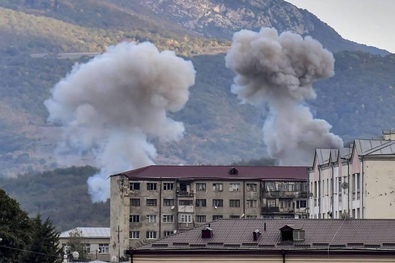 亞塞拜然的部隊於10月9日進行炮擊時升起的硝煙。(法新社)