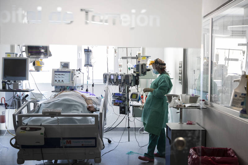 隨武漢肺炎大流行,護士人員因為站在第一線照顧病患而面臨龐大工作壓力。(美聯社)