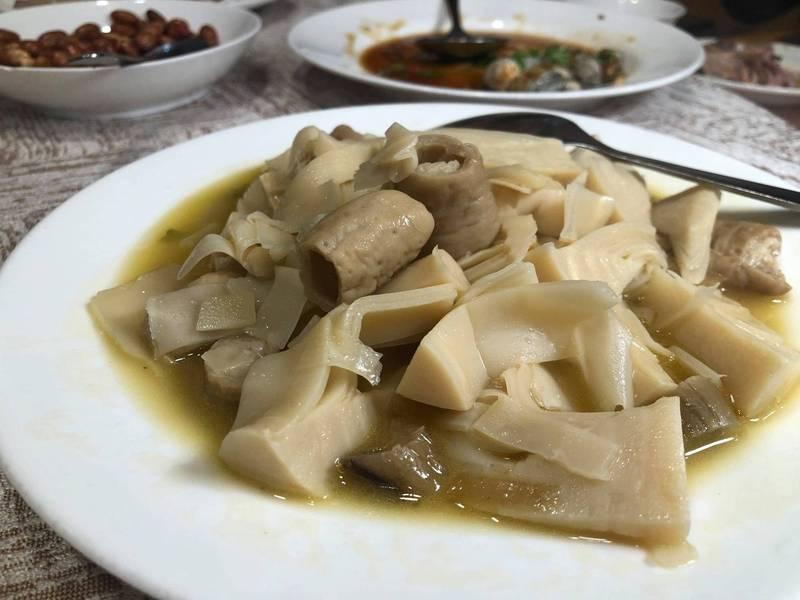 美食作家黃婉玲分享,她近來在某台菜名店吃到「喪宴菜」手法所料理的「酸筍炒腸」,讓她不禁感嘆,隨著時代轉變,很多傳承早已斷層。(黃婉玲的烹飪教室授權)